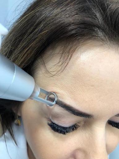usuwanie makijażu pernamentnego